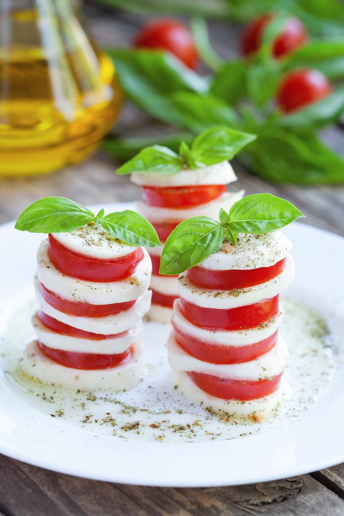 idee de salade caprese en tranches de mozzarella et tomates avec du basilic, salade apero dinatoire original a l italienne