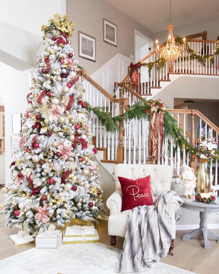 exemple comment décorer un faux arbre de Noël aux branches blanches avec ornements en rouge et en couleurs métalliques