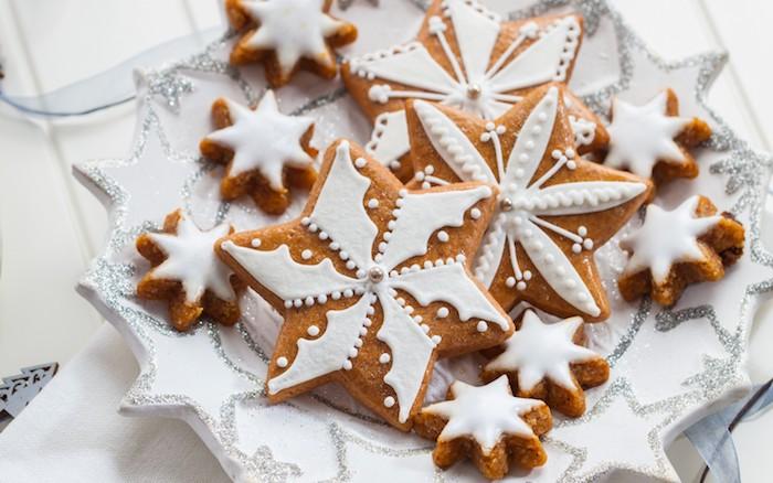 deco pate a sucre sur sablés en forme d étoile avec perle grise au centre, recette pour faire des cookies originales