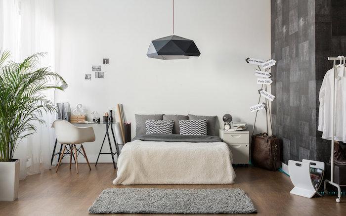 Inspiration chambre gris et blanc, grande palmier dans un pot blanc, idée déco chambre adulte gris
