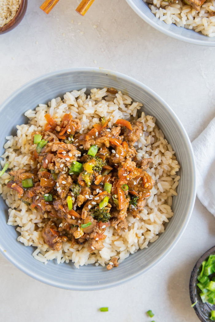 repas du soir rapide style asiatique, dinde hachée à la sauce teriyaki et légumes servie sur du riz dans une bol
