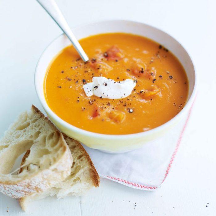 soupe aux lentilles et pivron rouge de saison avec creme fraiche en top et épices, recette soupe hiver