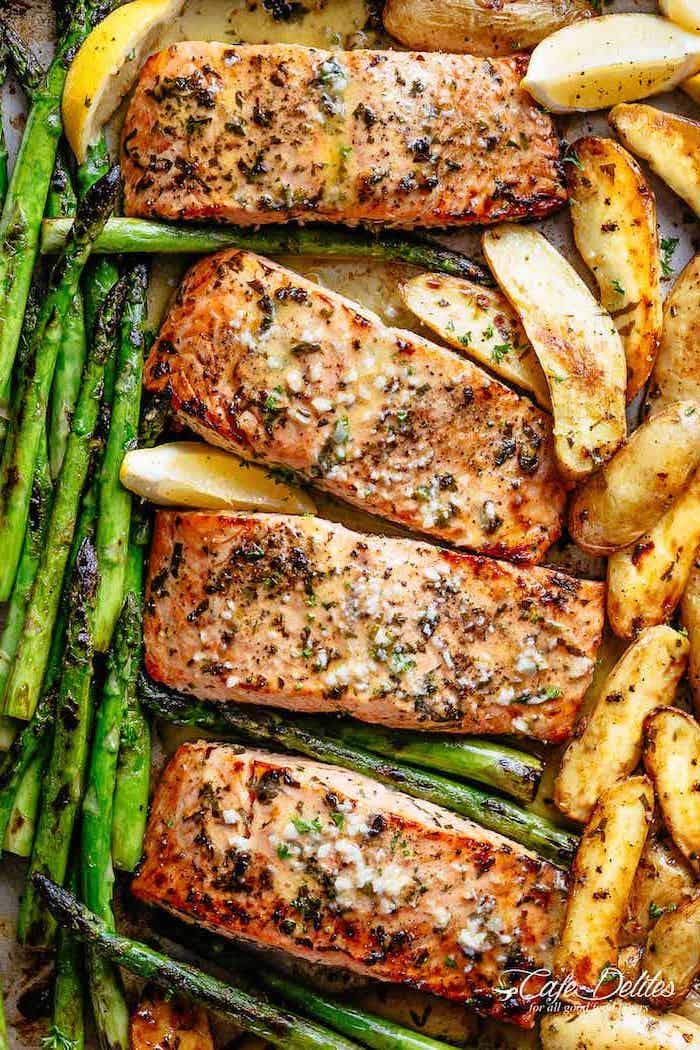 recette pour faire des pavés de saumon au four cuits avec des asperges et des pommes de terre, menu équilibré semaine pour famille