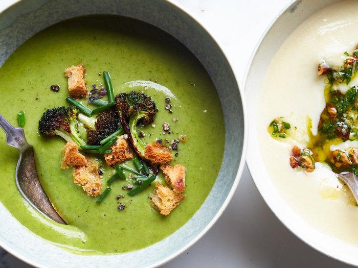 idée facile pour repas du soir équilibré, velouté de brocolis et épinards, décoré de florets de brocoli et croutons en top