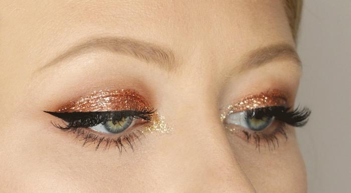 comment faire un maquillage facile et brillant pour Noël, exemple de make-up yeux verts avec eye-liner effet yeux de chat