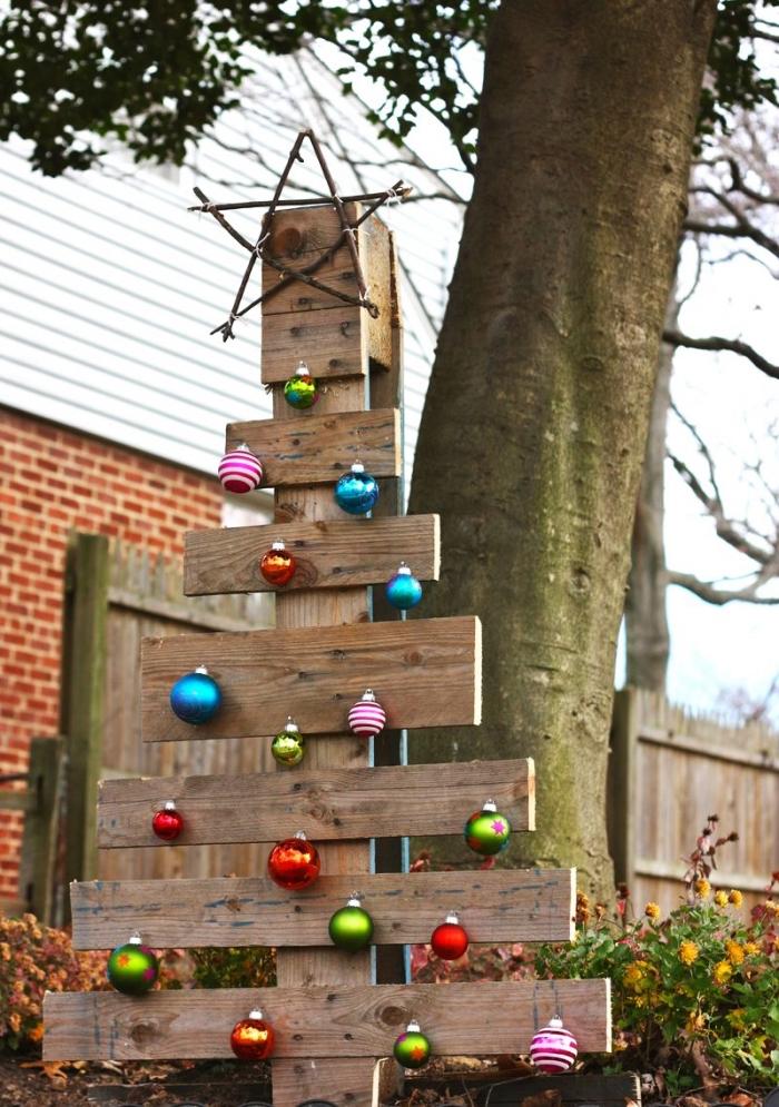 comment décorer son jardin pour la fête de Noël avec un arbre DIY en bois, modèle de sapin en palette recyclé
