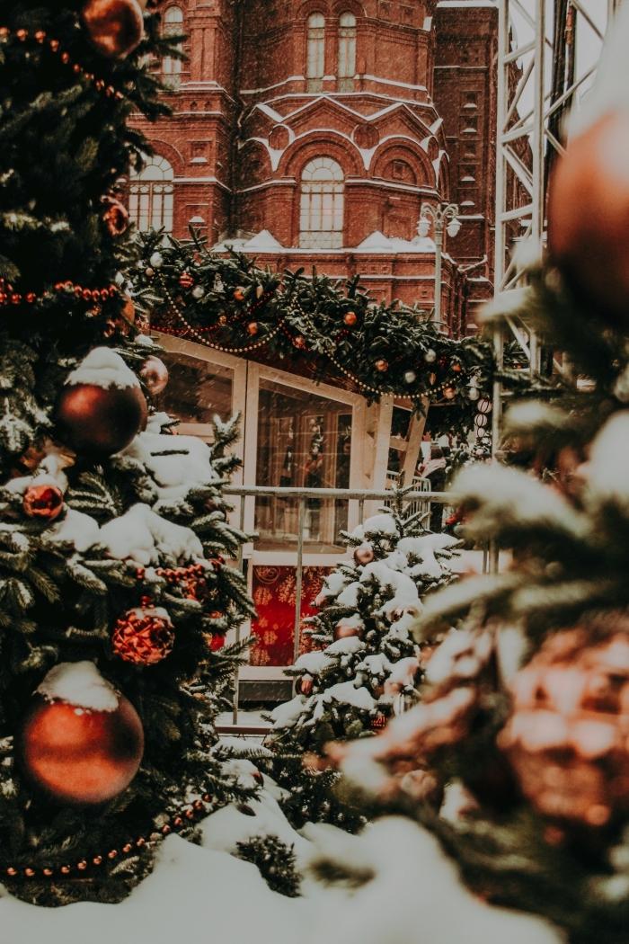 quel wallpaper pour fond d'écran Noël, image joyeux noel 2019 avec bâtiment à façade briques et gros sapins décorés
