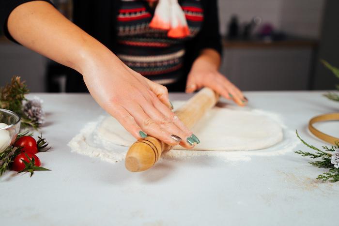 etaler la pate a pizza à l aide d un rouleau à patisserie sur une surface plate et farinée, faire un aperitif noel simple