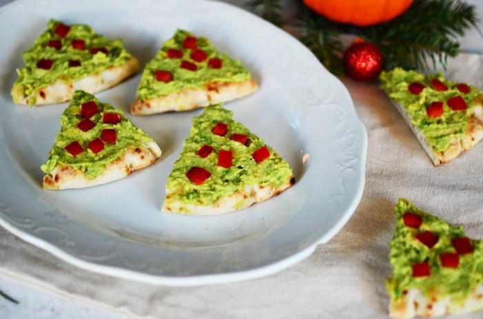 Pizza pièce à la forme de sapin vert avec avocat aperitif noel, que mettre sur une bruschetta assaisonné d'huile d'olive