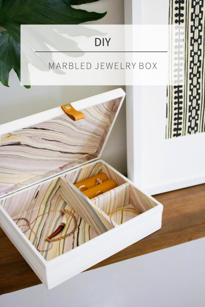 DIY boite a bijoux en bois personnalisée, exemple comment faire un organisateur pour bijoux stylé à design marbre