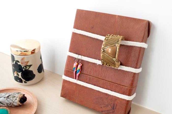 modèle de porte bracelet fait main en cuir, diy organisateur pour bracelet et boucles d'oreilles en cuir et corde coton