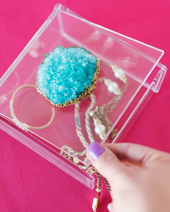 exemple comment réaliser un coffret a bijoux, idée comment personnaliser une boîte transparente pour faire un organisateur bijoux