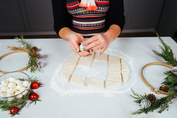 former des boules de pâte et mozzarella, idée d apéro dinatoire facile pour 10 personnes et repas à partager