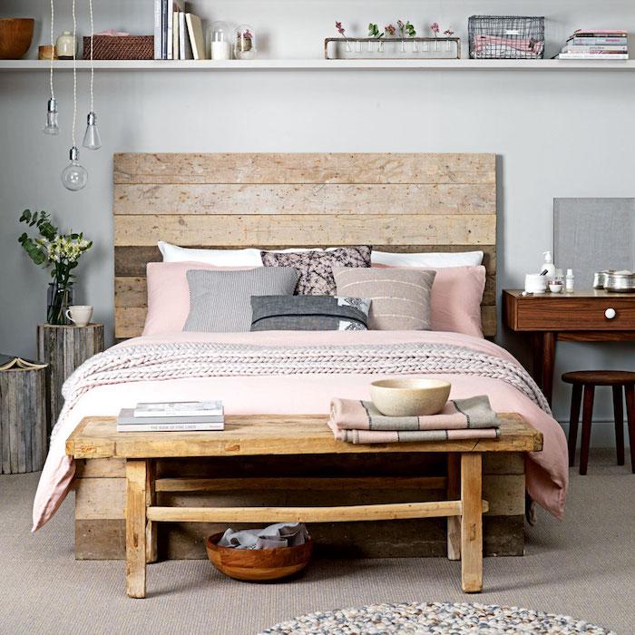 Bois tete de lit, banc de lit, couverture rose et gris coussins, déco chambre gris et rose, quelle couleur avec le gris