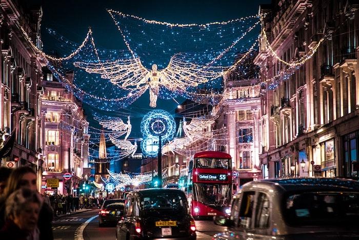 Londres illuminé joyeux noel voeux, carte digitale pour dire joyeux noel, inspiration voitures lumières