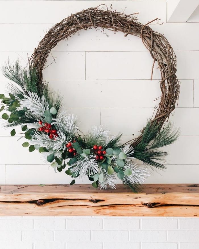 idée deco noel a fabriquer avec gris de verdures artificielles et branches séchée, diy couronne de Noël facile