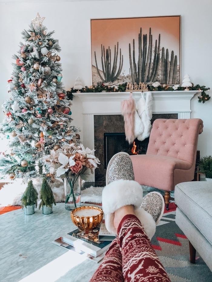 idée decoration sapin de noel de style glamour avec ornements métalliques, ambiance cocooning dans un salon blanc avec cheminée