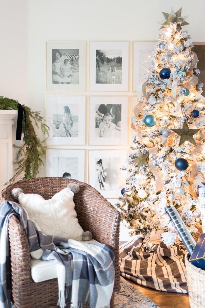 idée sapin de noel original aux branches enneigées avec ornements en bleu et or, décoration murale avec cadres photos