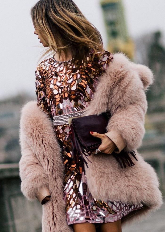Manteau rose fausse fourrure et robe en paillettes miroirs, idee tenue de fete, les indispensables à avoir dans sa garde-robe de noel