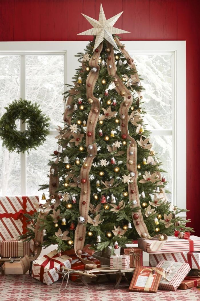 idee deco sapin de noel original avec gros ruban en jute et petites boules à effet métallisé, modèle de gros arbre de Noel artificiel
