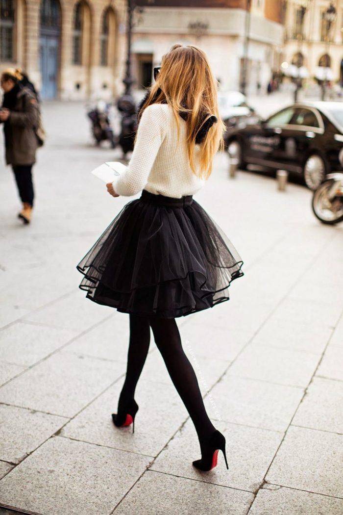 Jupe trapèze en tulle avec pull blanc et chaussures à talon, robe rouge moulante, robe pour les fetes en deux pièces, tenue de soirée femme