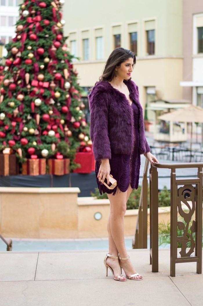 Violet tenue noel femme, qu'est-ce que je porte pour Noël ? Photo de femme devant l'arbre de noel