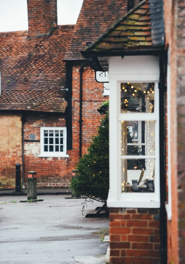 cozy image noel 2019 pour fond d'écran portable, photo de quartier avec maisons à façade briques rouges et fenêtres blanches