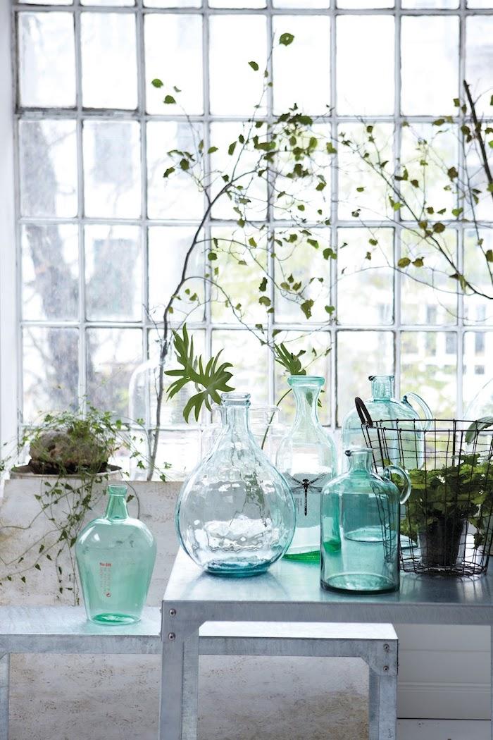 Chouette idée bouteilles avec plantes vertes, dame jeanne ancienne, decoration vase dame jeanne