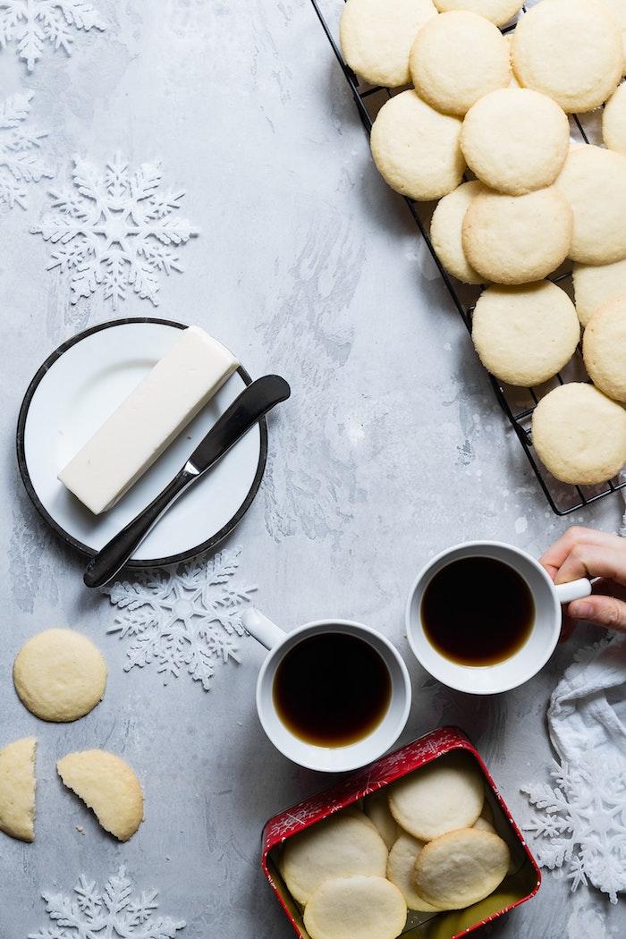 Biscuits et tasse à café, flacons de neige blanches, photo joyeux noel 2019, beau image atmosphère festive