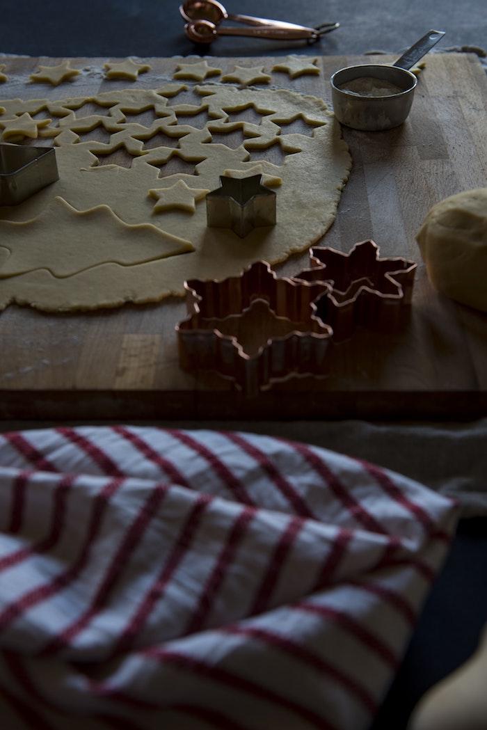 Étoiles en pate pour biscuits de noel, joyeux noel image fond d'écran image sombre