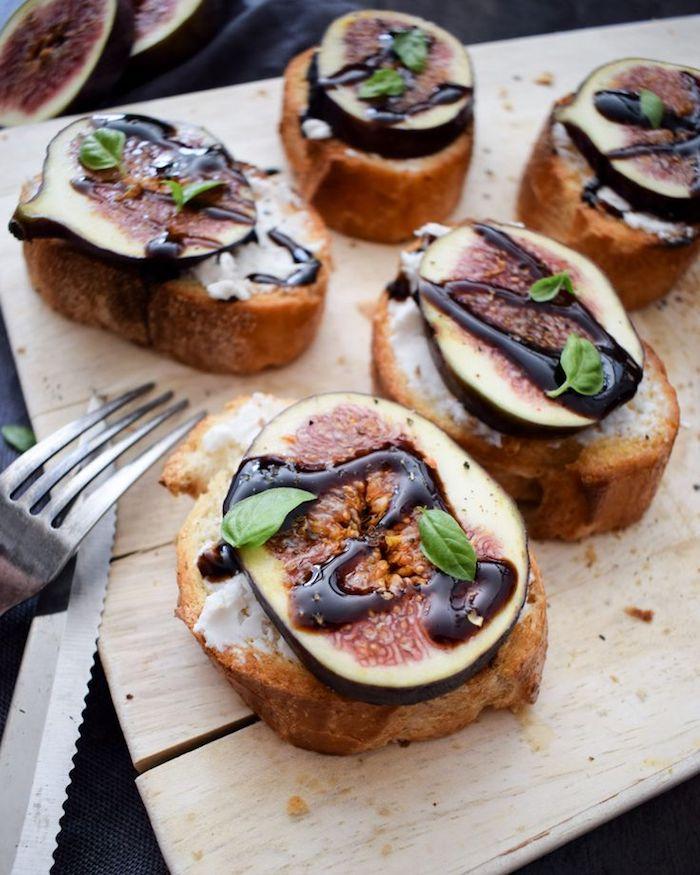 Pain grillé et figue avec vinege balsamique, aperitif dinatoire noel, comment garnir une bruschetta delicieuse