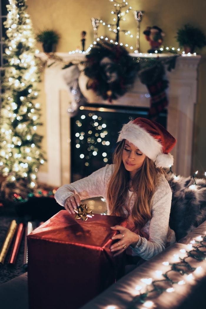 photo pour verrouillage d'écran smartphone sur thème de Noël, image joyeux noel avec une fille dans un salon décoré lumineux