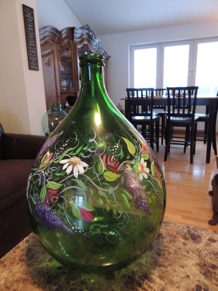 Verte bouteille décoré avec fleurs en peinture pour verre, deco dame jeanne, composition pour grosse boteille en verre vert