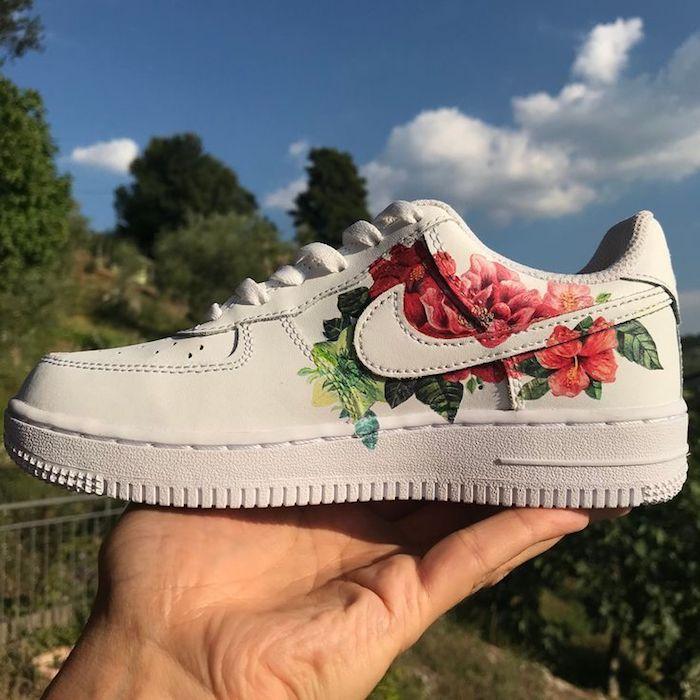 Nike avec roses et autres fleurs adorables, chaussure blanche idée personnaliser chaussure, inspiration basket personnalisée