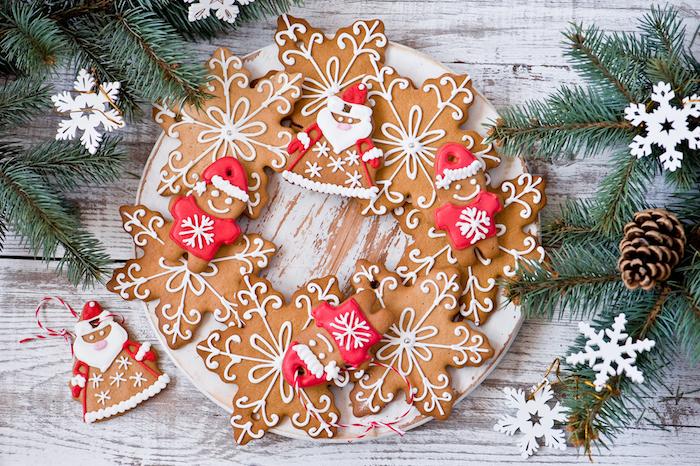 pain d épice noel, idee pour faire des biscuits décorés de glaçage royal blanc et rouge, recette petit sablé original