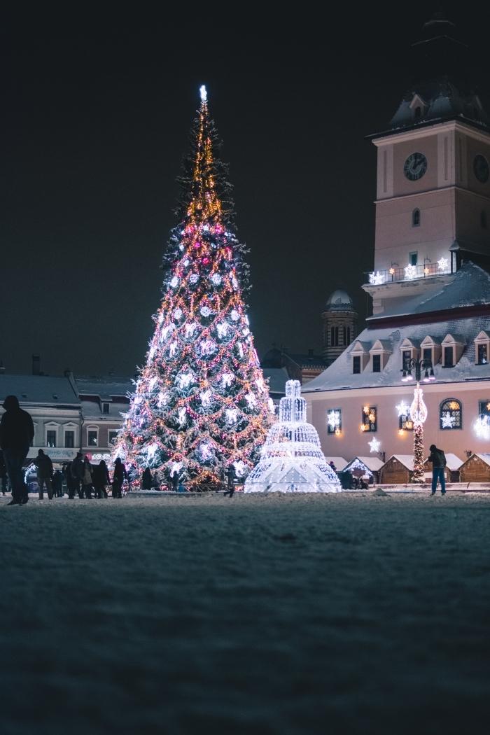 photo joyeux noel pour fond d'écran smartphone, photographie décoration de Noël extérieure avec gros sapin lumineux