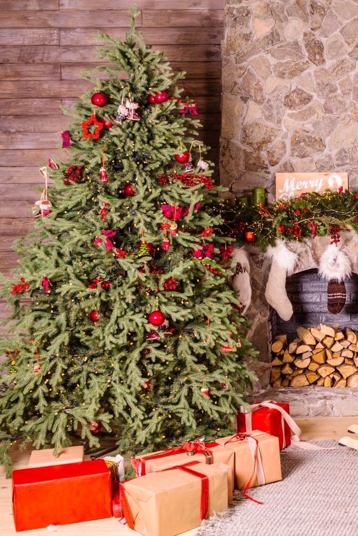 idee deco sapin de noel traditionnelle avec ornements et papillons rouges, ambiance cozy dans un salon décoré pour Noël