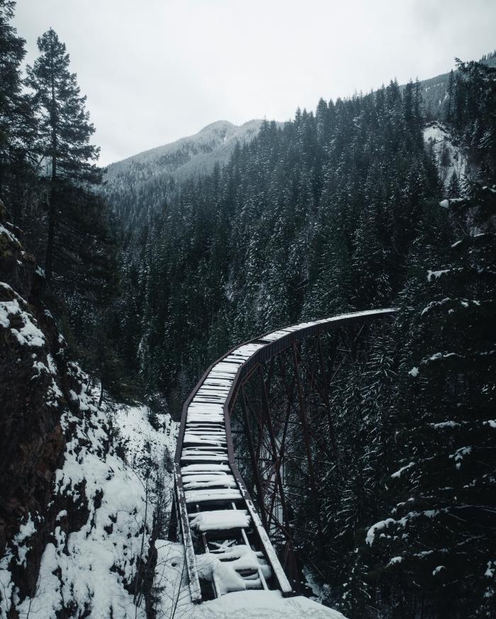 image noel 2019 pour wallpaper iphone, photo blanc et noir avec paysage hiver, photographie montagne enneigé