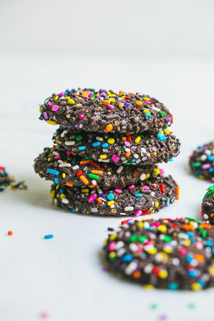 cookies chocolat cacao avec decoration colorée de vermicelles de sucre colorés et billes comestibles, recette biscuit noel