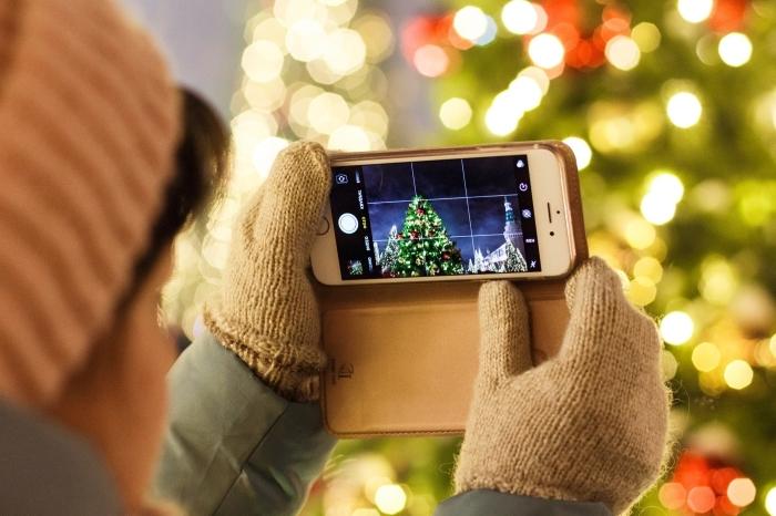 idée comment prendre de jolies photos de sapin de Noël, wallpaper Noël pour ordinateur avec femme devant sapin décoré