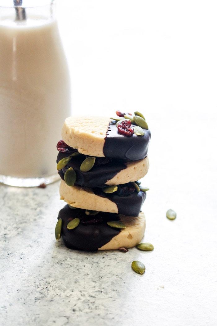 recette biscuit sablé sans gluten avec farine de manioc et d amande, huile de choco, extrait de vanille et chocolat noir avec deco de graines de potiron et canneberges séchées