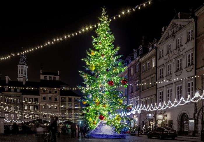 image de joyeux noel pour wallpaper ordinateur, photo décoration de Noël festive dans une ville avec gros sapin lumineux