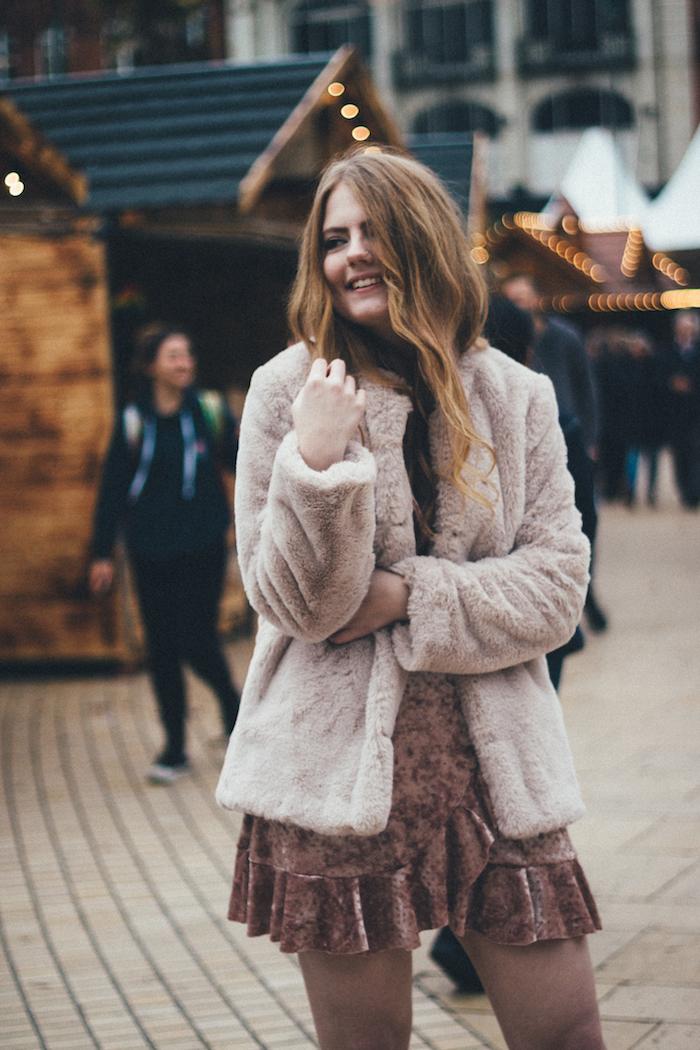 Manteau fausse fourrure et robe de noël en velours, robe nouvel an femme photo sur la rue, tenue de fête tendance