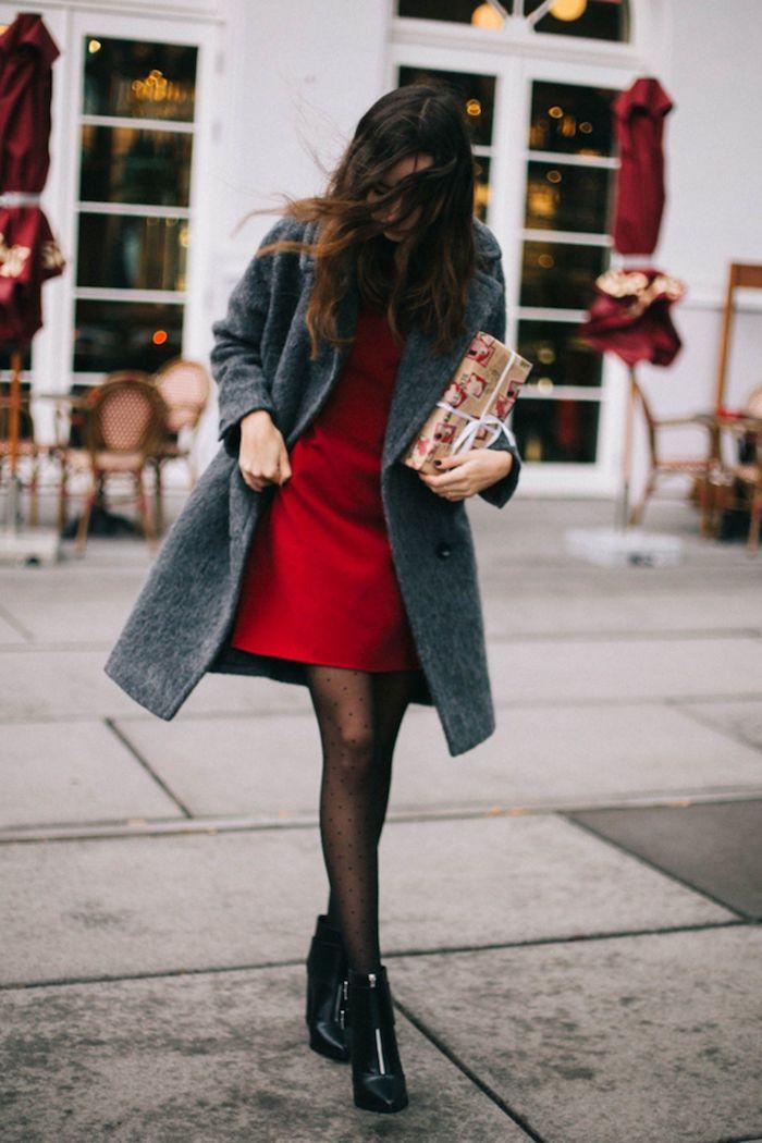 Rouge robe de reveillon, porter une manteau pardessus, gris et rouge association, que devrais-je porter pour une séance photo de Noël, femme avec cadeau emballé
