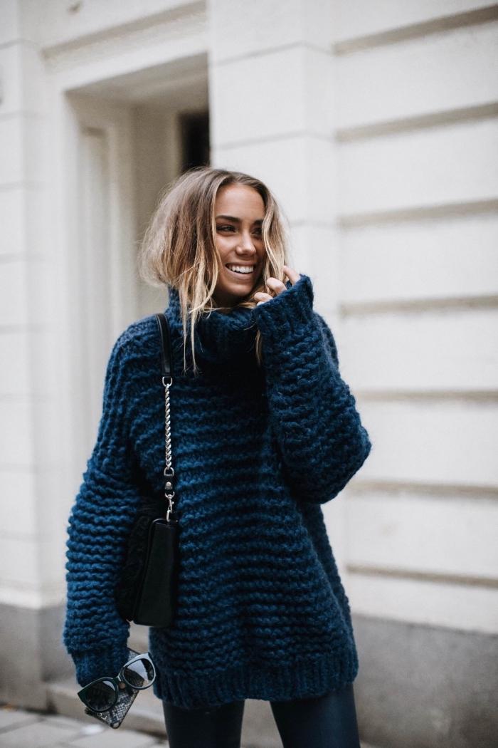 idée comment porter un gros pull femme de nuance evening bleu avec paire de jeans slim foncés et accessoires en noir