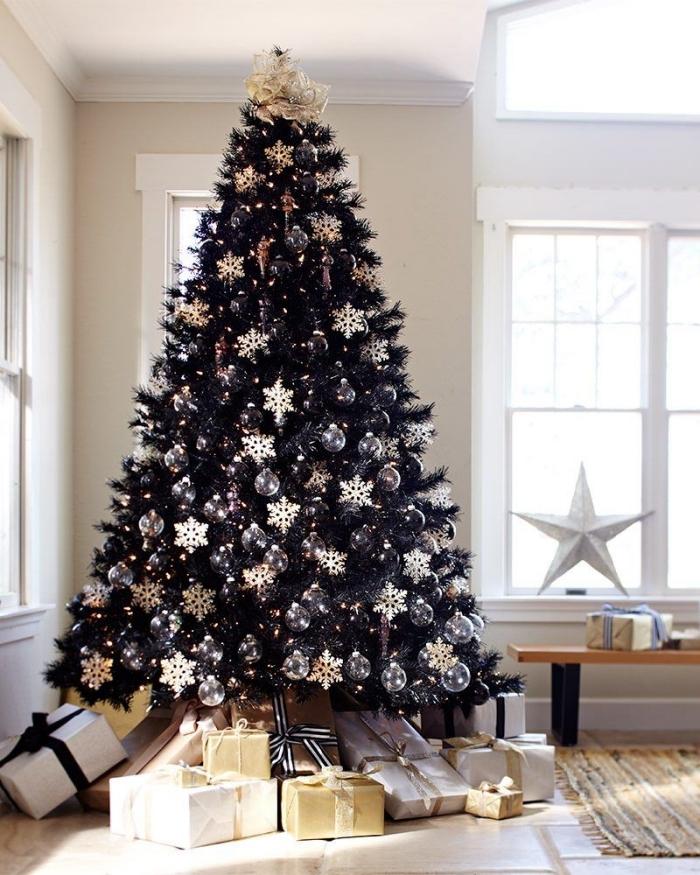 idee deco sapin de noel artificiel aux branches noires décoré avec ornements à effet métallique et guirlande lumineuse