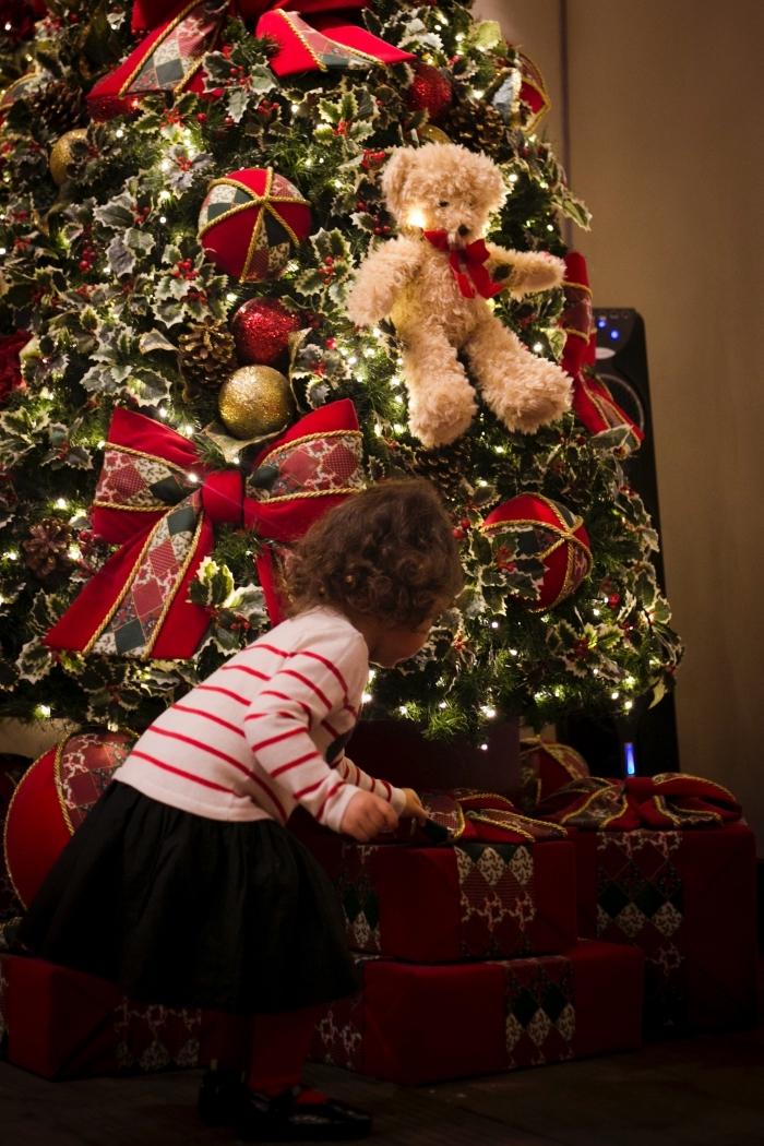 image joyeuses fêtes pour fond d'écran portable, photo de petite fille devant un gros sapin décoré en vert rouge