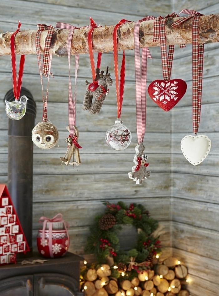 idée décoration de noel à fabriquer gratuit, modèle de suspension décorative avec branche de bois et ornements sapin