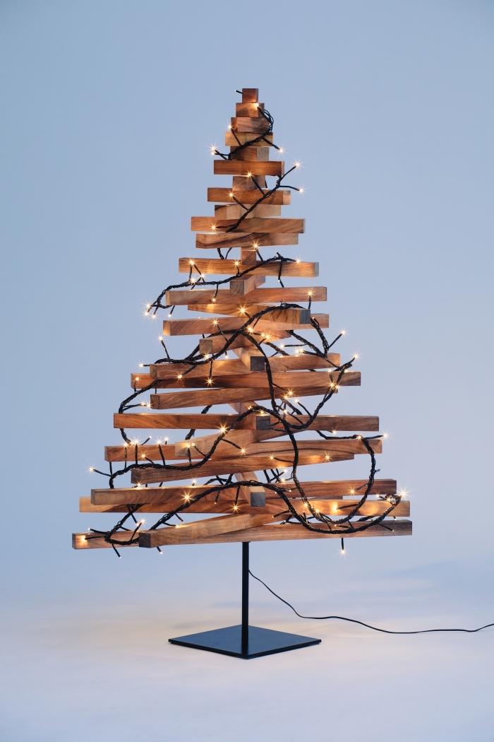 deco de noel en bois facile à réaliser soi-même, construction arbre de Noël en planches de bois foncé et décoré avec lampes led