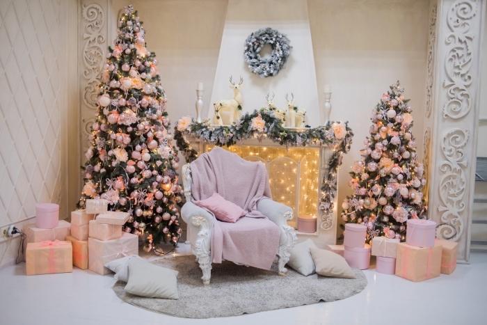 idée comment décorer une pièce féminine pour noël avec gros arbre de Noël, petit sapin décoré en rose et corail